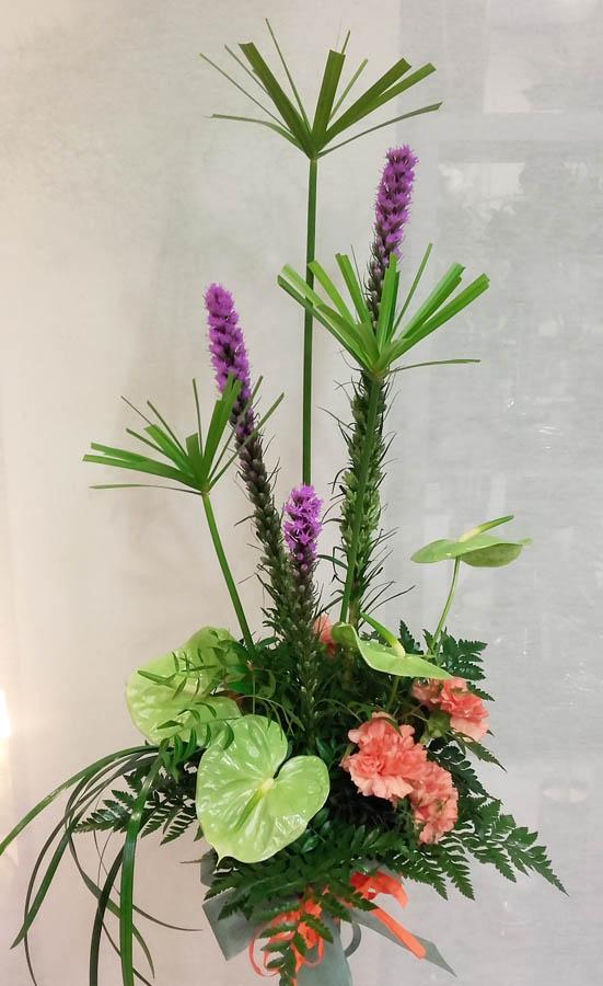 Un ramo de flores muy moderno en verde y lila