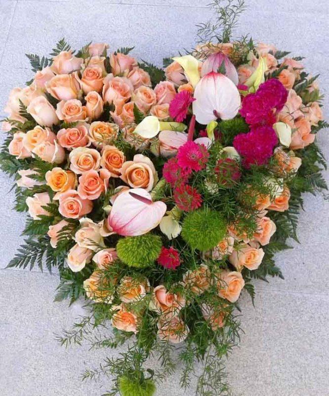 Corazón de rosas y flores variadas